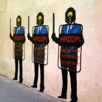 Le graffiti contre la loi Hadopi (la loi anti-piratage) trouvé par un client Le VPN sur les rues de Paris, France.
